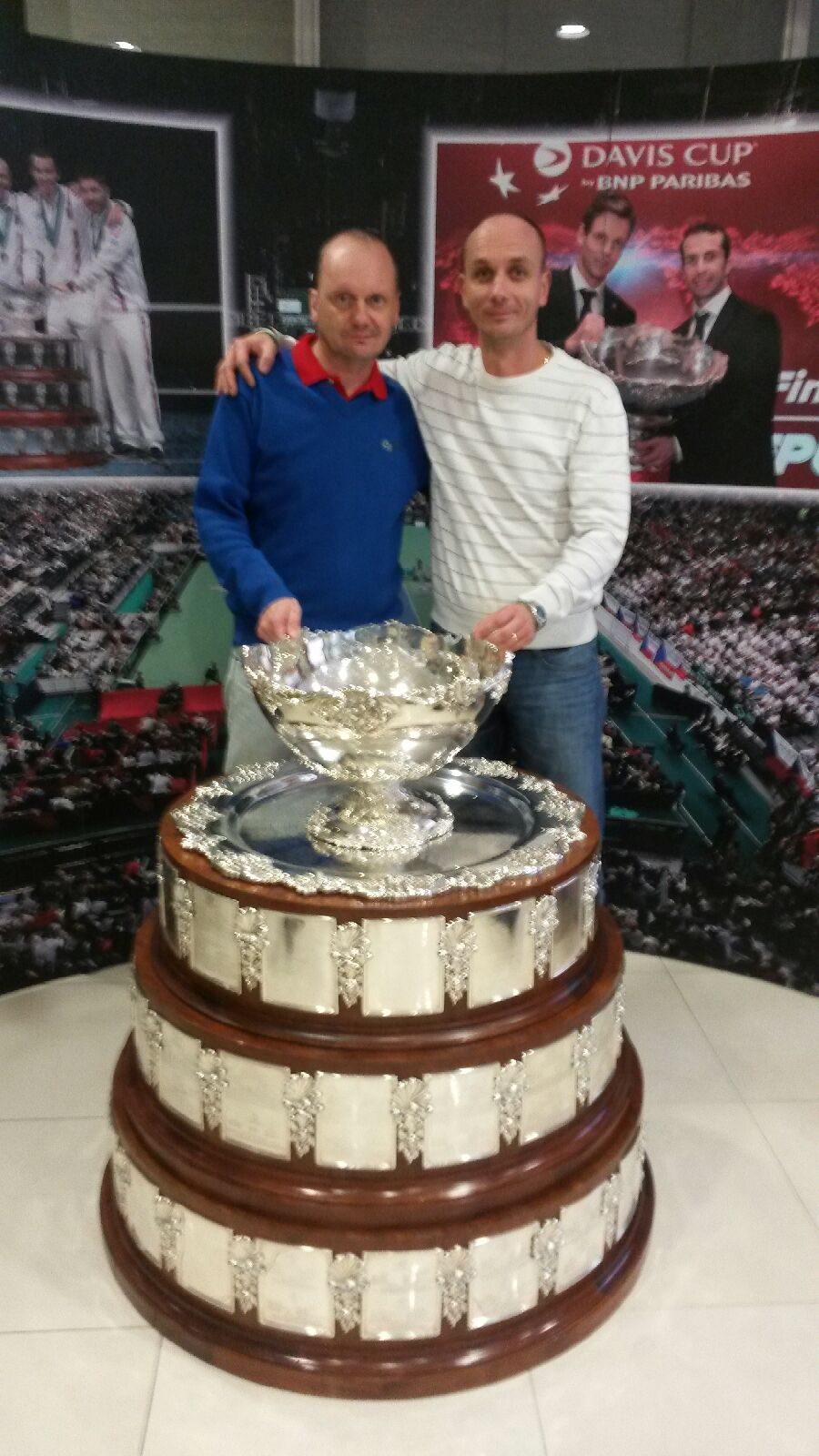 Trenéři Martin Wirgler a Jirka Hanák s pohárem Davis Cupu
